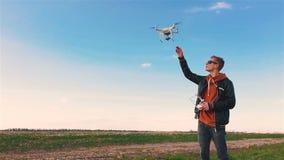 Quadrocopter приземляется на пилотную руку ` s Пилот улавливает трутня движение медленное акции видеоматериалы