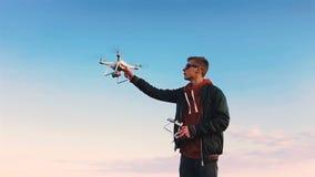 Quadrocopter приземляется на пилотную руку ` s Пилот улавливает трутня движение медленное сток-видео