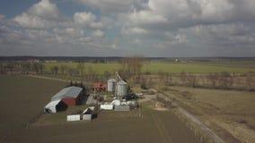 Ένα μικρό ιδιωτικό αγρόκτημα που λαμβάνεται από μια πανοραμική θέα Τηλεοπτική αγροτική γη με τον κηφήνα ή quadrocopter Σιλό, τρακ φιλμ μικρού μήκους