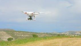 Quadrocopter avec le vol monté d'appareil-photo en ciel, vidéo de pelliculage, technologie moderne banque de vidéos
