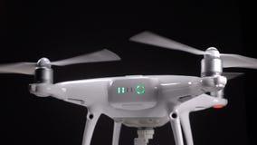 Quadrocopter begint propellers te roteren stock videobeelden