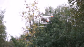 Quadrocopter beim Fliegen in den Wald stock video