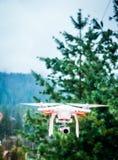 Quadrocopter branco de voo fotografia de stock