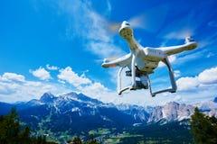 Quadrocopter de bourdon avec l'appareil photo numérique Photo libre de droits