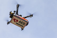 Quadrocopter del abejón que transporta la caja con el AED Imagenes de archivo