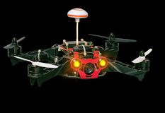 Quadrocopter di Dron isolato su fondo nero Immagini Stock Libere da Diritti