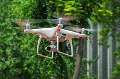 Quadrocopter di volo Immagini Stock Libere da Diritti