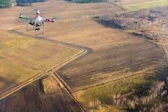 Quadrocopter die over landbouwgrond vliegen Stock Foto's