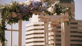 Quadrocopter-Fliege am Hochzeitsbogen auf Straße Sonniger Tag des Sommers zeremonie schießen einheit stock footage