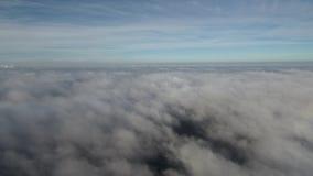 Quadrocopter flyger över molnen stock video