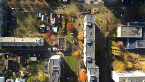 Quadrocopter flyger över staden i Ukraina stock video