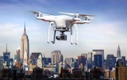 Quadrocopter, helicóptero, abejón en la acción Foto de archivo