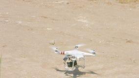 Quadrocopter landning, modern spionteknologi för bevakning, surr med kameran arkivfilmer