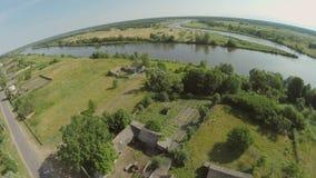 Quadrocopter, moscas sobre el río que envuelven una pequeña isla Hay muchos árboles a lo largo del río Día asoleado del verano almacen de metraje de vídeo