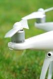 Quadrocopter motorer och propellrar royaltyfri bild