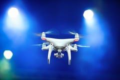 Quadrocopter - nya tekniken flyger på ingenering bakgrund Fotografering för Bildbyråer