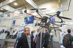 Quadrocopter på ställning royaltyfri bild