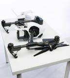 Quadrocopter sats på tabellen Arkivbilder