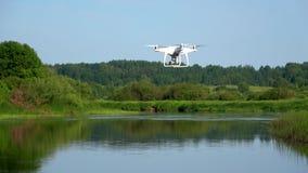 Quadrocopter sobre el río Sorot Mañana de junio Región de Pskov, Rusia almacen de video