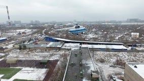 Quadrocopter sopra l'operazione di emercom sul tetto Della persona elicottero giù fuori video d archivio