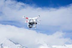Quadrocopter surr på blå himmel Arkivfoto