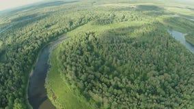 Quadrocopter, volando sobre el río que envuelve la península almacen de metraje de vídeo