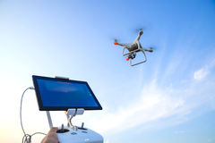 Quadrocopters et un à télécommande pour lui Quadrocopters contre le ciel bleu Fantôme des quadrocopters 4 d'Umravlenie Images libres de droits
