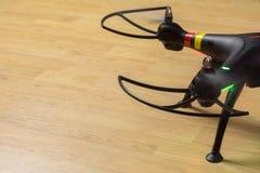 Quadrocopters giranti delle lame, ultime luci di segnalazione sul backgro Immagini Stock Libere da Diritti