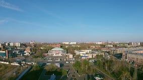 Quadrocopters prende una via piacevole in una grande città video d archivio