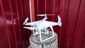 Quadrocoptersdji Spoor 4 op een houten stomp stock foto