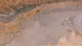 Quadrocoptervliegen over de gele woestijn Een pianist speelt op een witte piano op geel zand Mening van hierboven lucht stock video