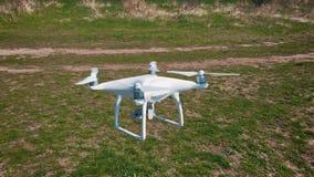 Quadrocoptervliegen over het gebied in langzame motie 120 fps Hommelclose-up stock video