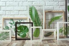 Quadros brancos com folhas verdes Fotografia de Stock Royalty Free