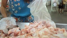 Quadros crus da galinha Peças frescas da galinha das explorações agrícolas locais Foi vendido nos supermercados para povos pode c imagem de stock
