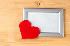 Quadros da foto e corações feitos a mão sobre o fundo de madeira Imagem de Stock