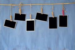 Quadros da foto, fotos vazias velhas na parede suja, espaço livre para y Fotografia de Stock