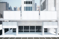 Quadros de avisos brancos vazios na construção moderna no distrito da cidade ilustração stock