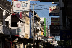 Quadros de avisos e cabos das comunicações na rua de Manado Fotografia de Stock