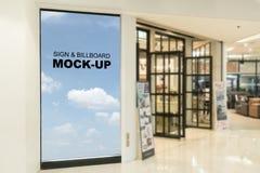 Quadros de avisos vazios situados no shopping ou na loja varejo, útil para sua propaganda foto de stock
