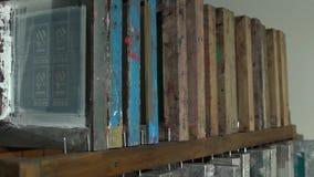Quadros de impressão da tela de seda na sala escura video estoque