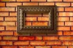 Quadros de madeira do vintage para imagens na parede de tijolo Foto de Stock