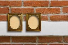 Quadros de madeira dourados para imagens na parede de tijolo velha Fotografia de Stock
