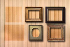 Quadros de madeira dourados para imagens no fundo Foto de Stock Royalty Free