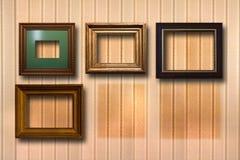 Quadros de madeira dourados para imagens no fundo Imagem de Stock Royalty Free