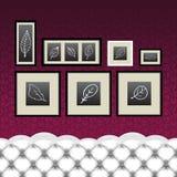 Quadros, desenhos, sofá do vintage Fotografia de Stock