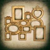 Quadros dourados antigos sobre o fundo sujo da parede Imagens de Stock Royalty Free