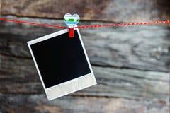 Quadros e coração de uma foto do polaroid para o dia de Valentim Imagem de Stock