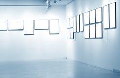 Quadros na parede branca no museu de arte Fotos de Stock Royalty Free