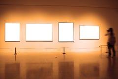 Quadros na parede branca no museu de arte Imagens de Stock