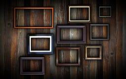 Quadros na parede de madeira escura Fotos de Stock